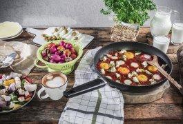 בראנץ' עם שקשוקת גבינות ועגבניות